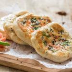 インド式ピザ「クルチャ」とは。歴史的背景とレシピについて